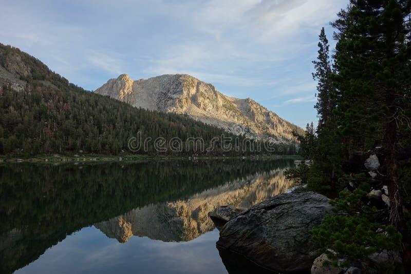 Halny odbicie na jeziorze zdjęcie royalty free