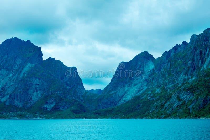 Halny odgórny zarysowany z chmurnym niebem obraz royalty free