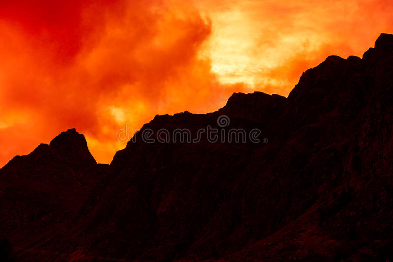 Halny odgórny zarysowany z chmurnym zmierzchu niebem zdjęcie royalty free