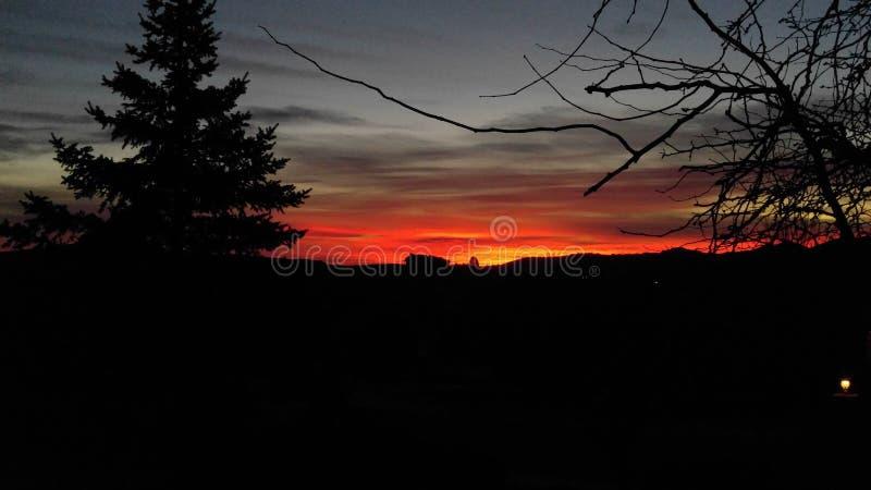 Halny ranku wschodu słońca dom na wzgórzu zdjęcia stock