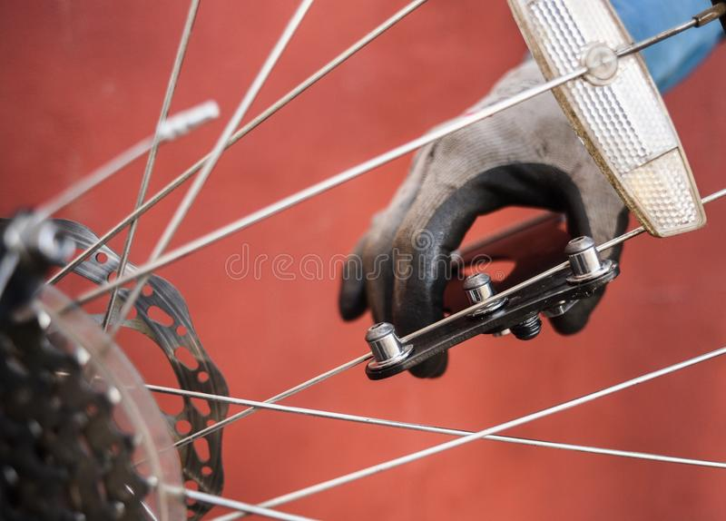 Halny rowerowy naprawianie Mistrzowskie naprawiania tylni koła roweru szprychy obrazy stock