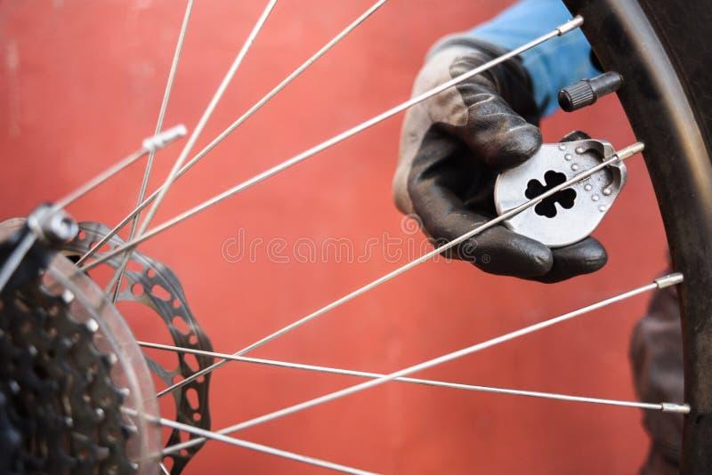 Halny rowerowy naprawianie Mistrzowskie załatwia MTB tylni koła szprychy obraz stock