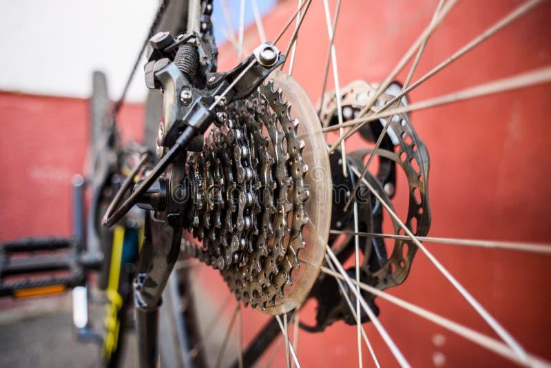 Halny rowerowy naprawianie MTB tylni koła talerzowi hamulce i łańcuch zdjęcie royalty free