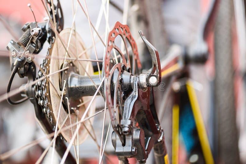 Halny rowerowy naprawianie MTB tylni koła talerzowych hamulców zbliżenie obraz royalty free