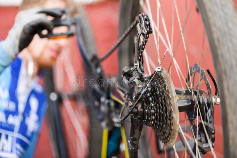 Halny rowerowy naprawianie MTB tylni koło z talerzowych hamulców clos zdjęcia stock