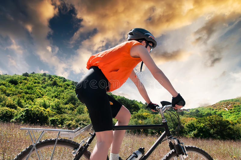 Download Halny rowerzysta obraz stock. Obraz złożonej z akcja - 53792417