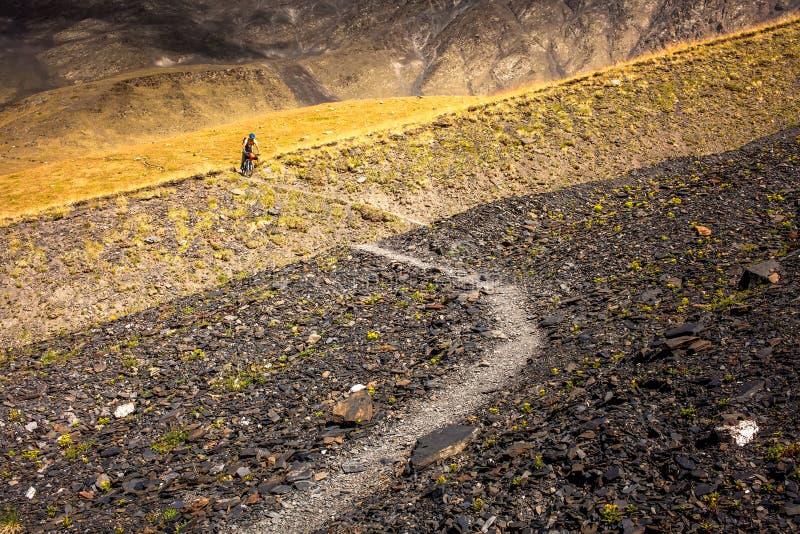Halny rowerzysta podróżuje w średniogórzach Tusheti region, zdjęcia stock