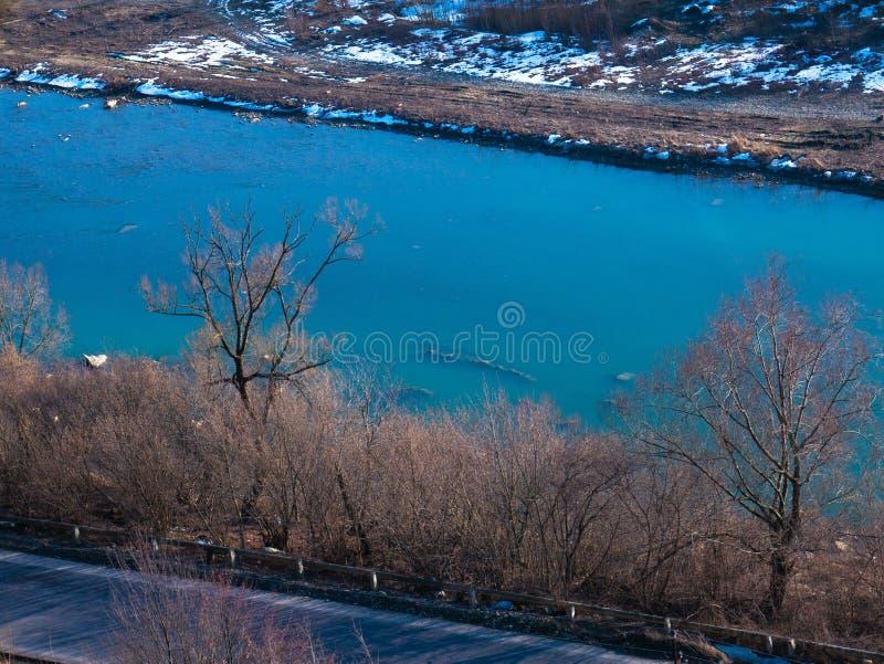 Halny rzeczny dolina krajobraz Widok od falezy góry i rzeka obraz stock