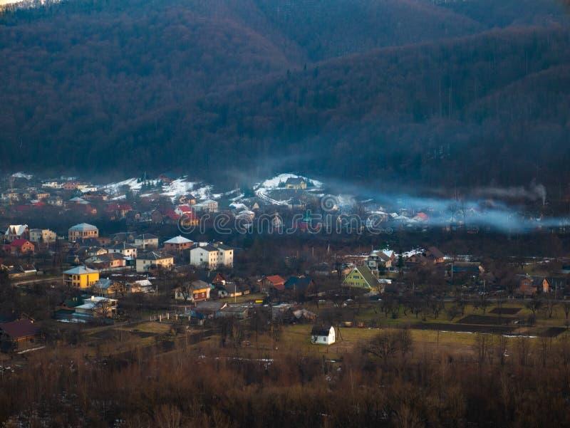 Halny rzeczny dolina krajobraz Widok od falezy mały miasto i góry zdjęcia stock
