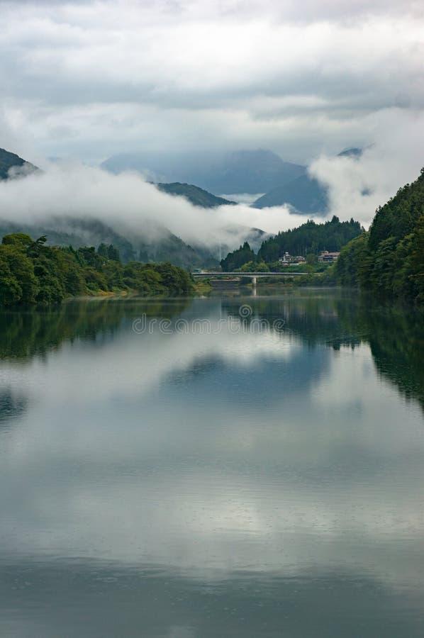 Halny rzeka krajobraz w ranku z niskimi chmurami i mgłą obrazy royalty free