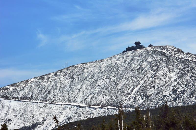 Halny skłon i schronienie w zimie w Gigantycznych górach zdjęcie stock