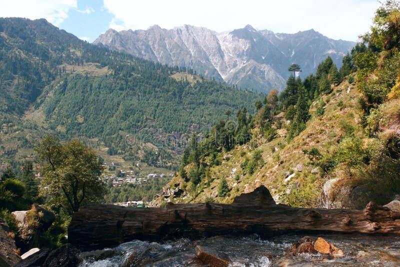 Halny strumień płynie dolinny Kullu. obraz stock