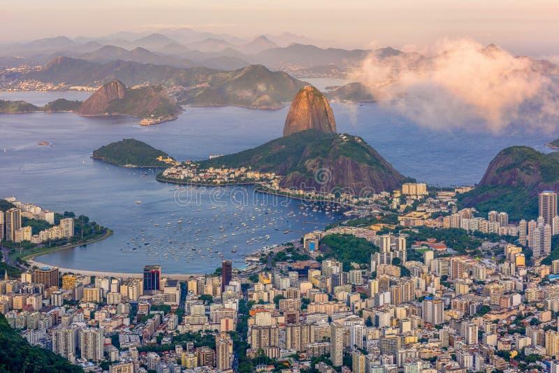Halny Sugarloaf i Botafogo w Rio De Janeiro przy zmierzchem obraz royalty free