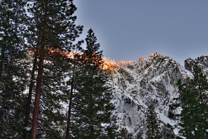 Halny wierzchołek naprzeciw Horsetail spadku przy Yosemite parkiem narodowym zdjęcia royalty free