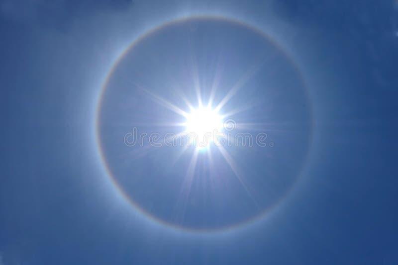 Halo bonito do sol no céu azul claro foto de stock