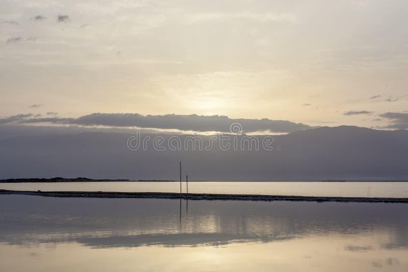 Halo de la salida del sol sobre las montañas y el mar muerto fotos de archivo libres de regalías