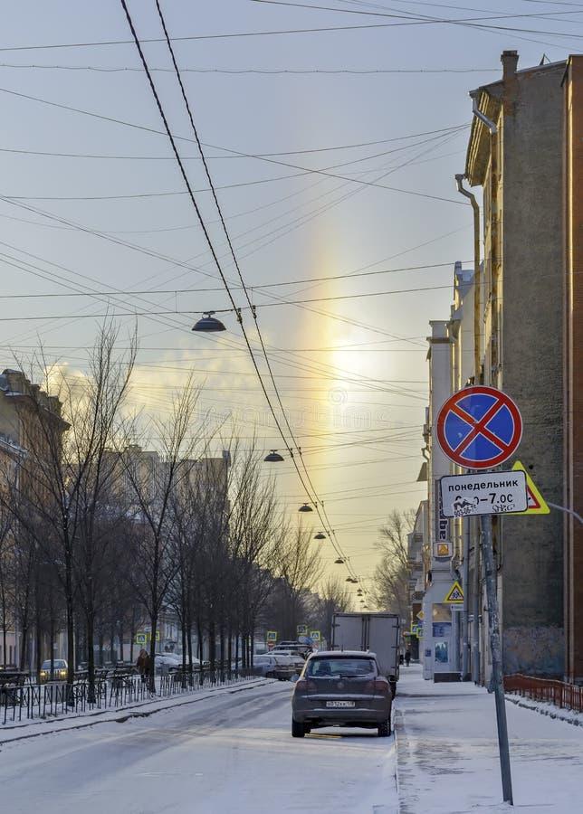 Halo de phénomène naturel, évident sur les rues un jour givré le 5 janvier 2017 image libre de droits