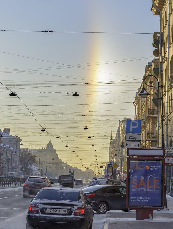 Halo de phénomène naturel, évident sur les rues un jour givré le 5 janvier 2017 photos libres de droits