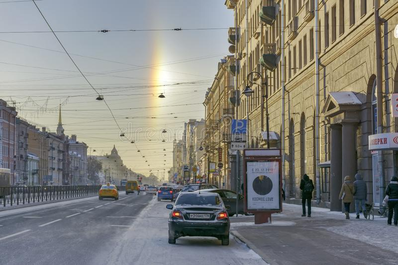 Halo de phénomène naturel, évident sur les rues un jour givré le 5 janvier 2017 photographie stock