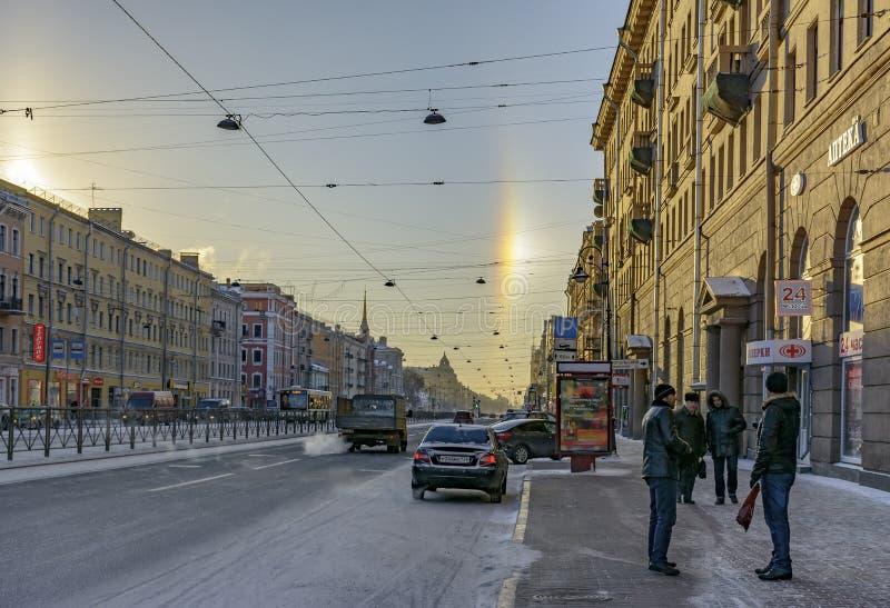 Halo de phénomène naturel, évident sur les rues un jour givré le 5 janvier 2017 photos stock