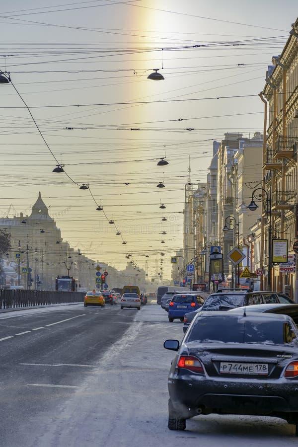 Halo del fenómeno natural, visible en las calles el día el 5 de enero de 2017 escarchado fotos de archivo