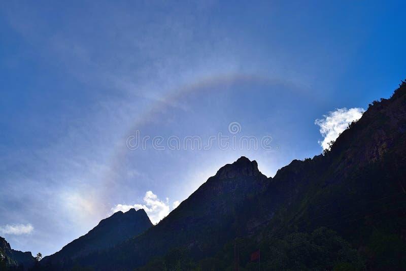 Halo powodować lodowymi kryształami przy dużą wysokością w himalajach, Ghangaria, Uttarakhand, India obrazy stock