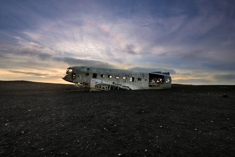 Halo solar sobre el aeroplano estrellado DC-3 en Islandia fotos de archivo