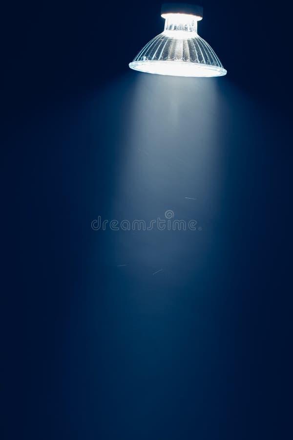 Halogeenlamp met reflector, blauw licht in nevel royalty-vrije stock foto's
