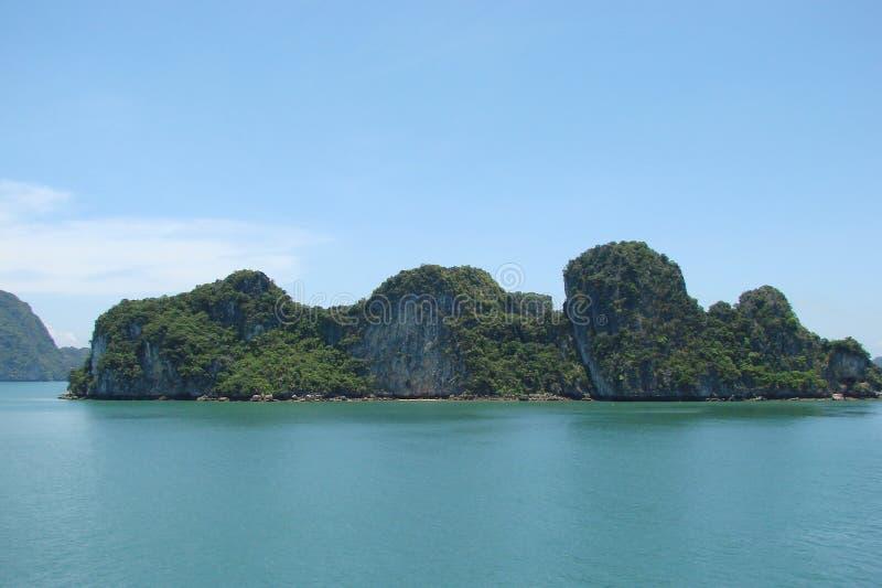 Halong-Bucht-Küste des Südchinesisches Meers vietnam Ansicht der Küste und die Symbole von Ostreligionen lizenzfreies stockbild