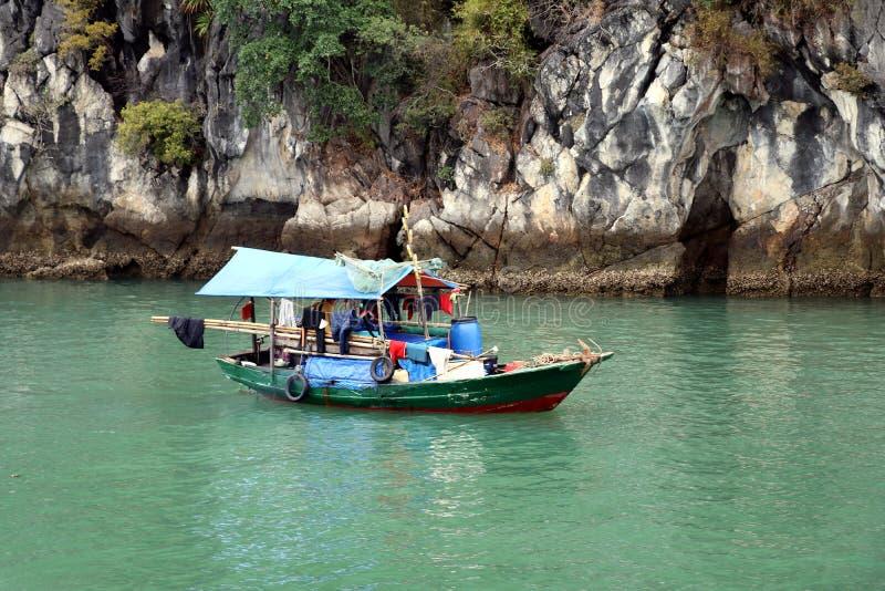 Halong-Buchthausboot oder Fischerboot - Vietnam Asien lizenzfreies stockfoto