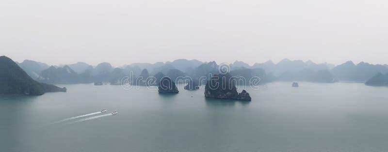 Halong fjärdVietnam panorama Panoramautsikten av mummel skäller länge havet arkivbild