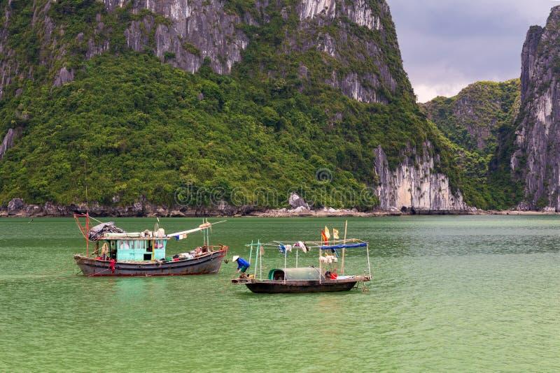 Halong podpalane tradycyjne łodzie rybackie, UNESCO światowy naturalny dziedzictwo, Wietnam zdjęcia royalty free