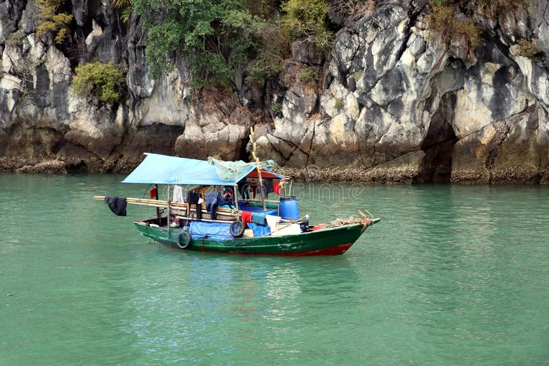 Halong Trzymać na dystans houseboat lub łódź rybacka - Wietnam Azja zdjęcie royalty free