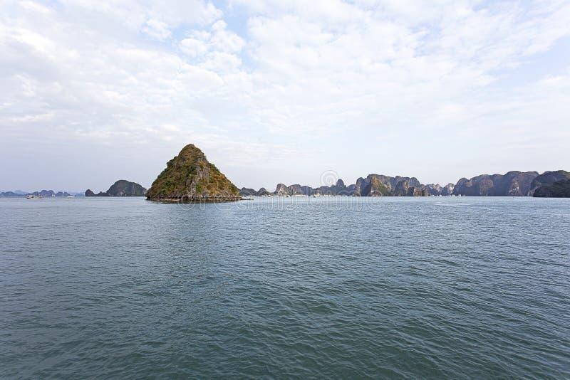Halong Trzymać na dystans, Wietnam jest Unesco światowego dziedzictwa miejscem obraz stock
