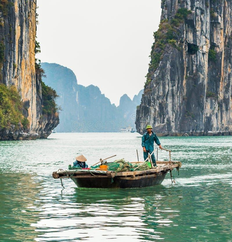HALONG, VIETNAM - 16 DÉCEMBRE 2016 : Pêcheur dans un bateau dans la baie de Halong Copiez l'espace pour le texte image stock