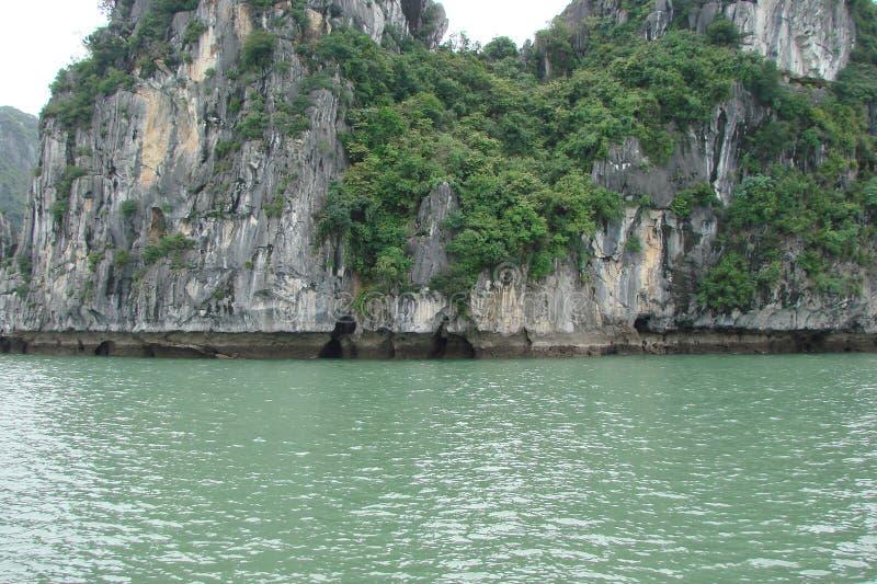 Halong zatoki wybrzeże chiny południowi morze Wietnam Widok nadmorski i symbole Wschodnie religie zdjęcia royalty free