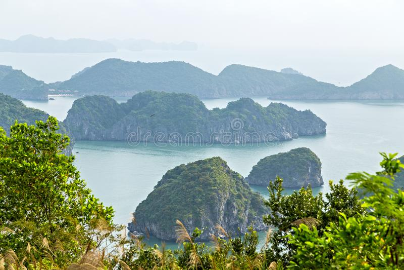 Halong zatoki wysp g?r chiny po?udniowi morze Wietnam zieleni skał miejsce Azja obraz royalty free