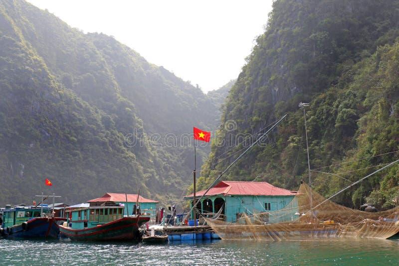 Halongbaai Visserijdorp met de Nationale Vlag van Vietnam royalty-vrije stock fotografie