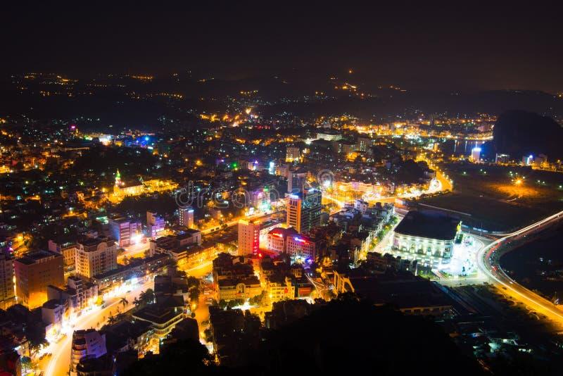 Halongstad bij nacht, Quang Ninh, Vietnam stock afbeeldingen