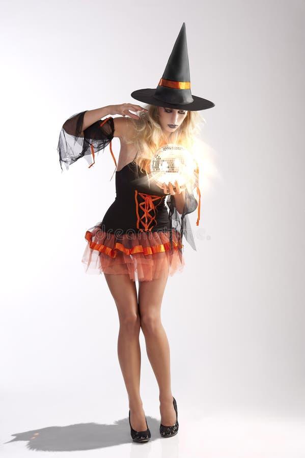Haloween Hexe mit magischer Kugel stockfotos