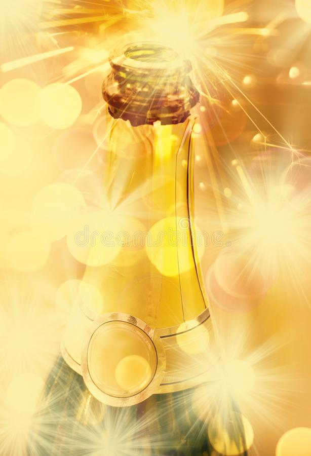 Hals der offenen Flasche Champagners stockbild