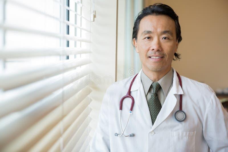 Hals för doktor With Stethoscope Around i sjukhus royaltyfria foton