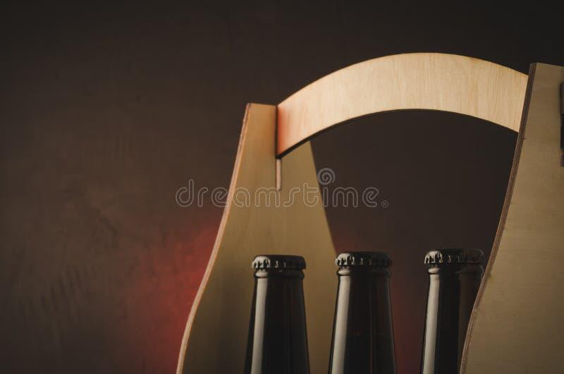 Hals von Bierflaschen in einer Holzkiste/in einem Hals von Bierflaschen in einem w lizenzfreie stockfotografie