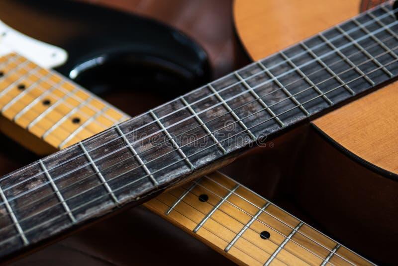 Halsar för klassisk gitarr och för elektrisk gitarr fotografering för bildbyråer