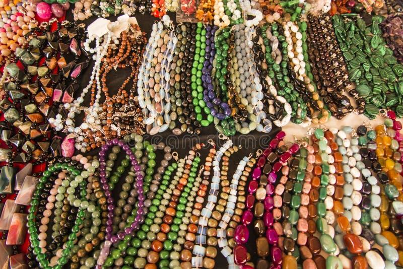 Halsband av kulöra stenar eller pärlor på ståndet i Yere royaltyfri bild