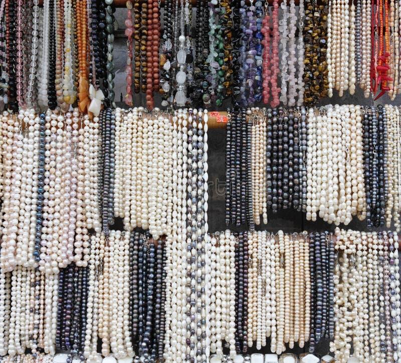 Halsband av pärlor och halvädelstenar royaltyfri fotografi