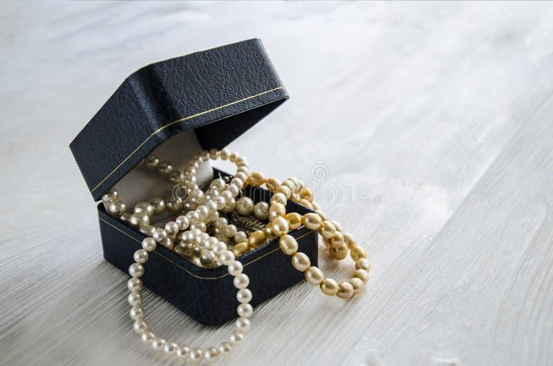 Halsband av vit- och gulingpärlor royaltyfri bild