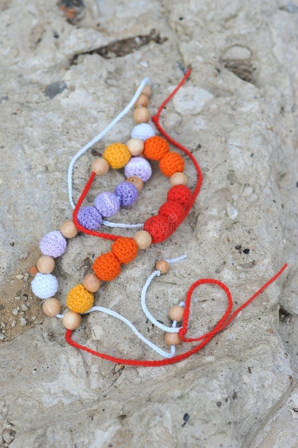 Halsband door handen wordt gemaakt die stock foto's