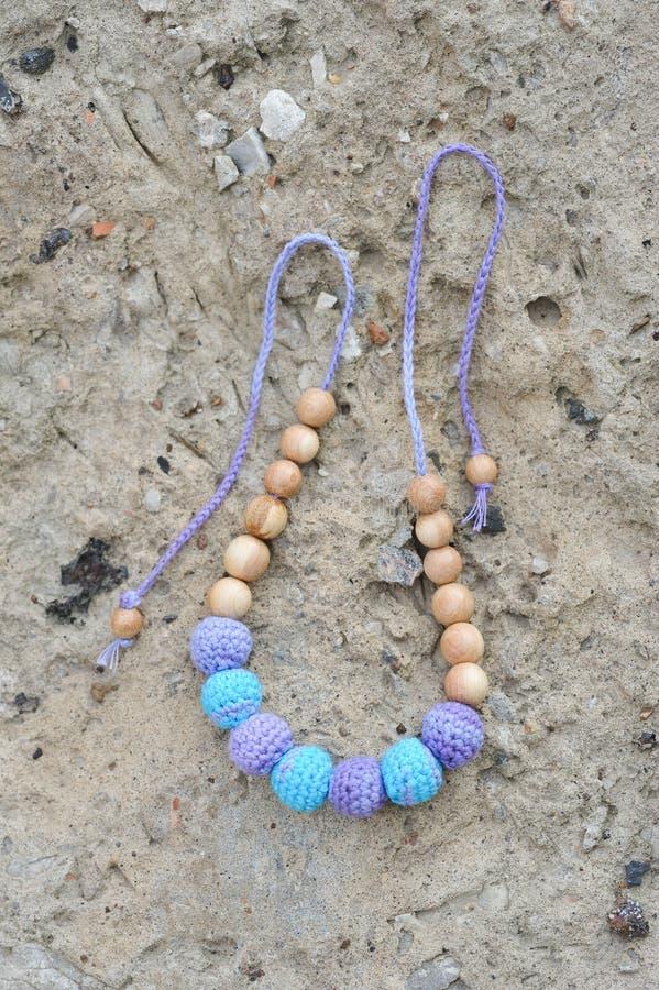 Halsband door handen wordt gemaakt die royalty-vrije stock foto's