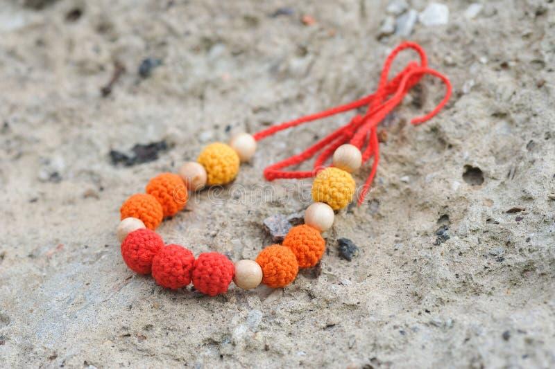 Halsband door handen wordt gemaakt die stock afbeelding